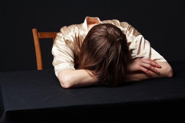 Mulher está deitada na mesa