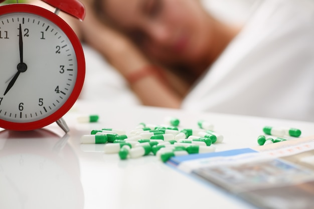 Mulher está doente tomar drogas dormir na cama