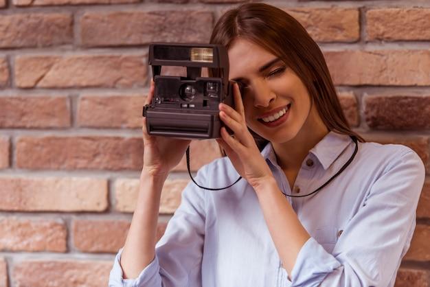 Mulher está fazendo foto com a câmera.
