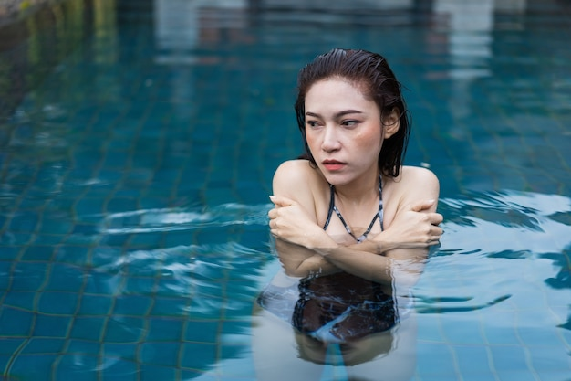 Mulher está nadando em uma piscina fria