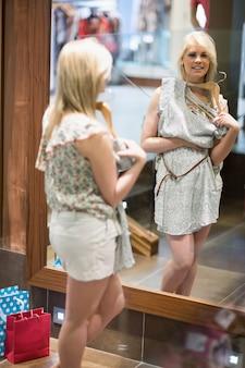 Mulher está olhando no espelho, sorrindo