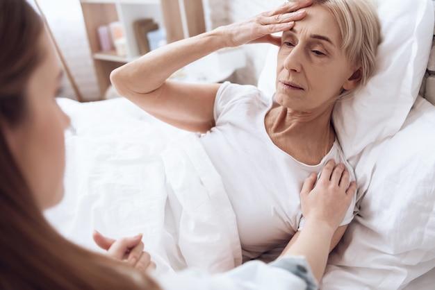 Mulher está se sentindo mal e dor na cabeça.
