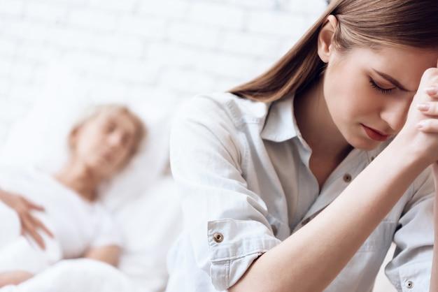 Mulher está se sentindo mal, garota está preocupada.
