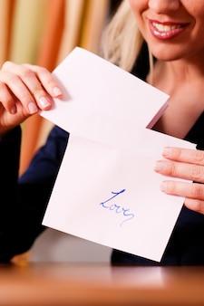 Mulher está segurando uma carta de amor