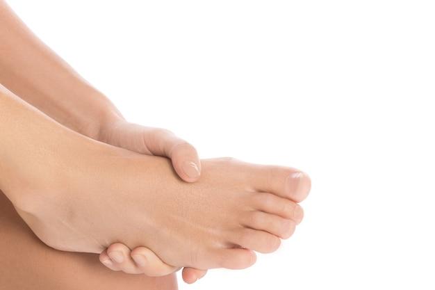 Mulher está tocando seu tornozelo machucado