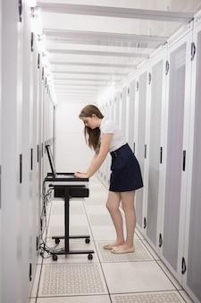 Mulher está trabalhando nos servidores