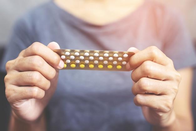 Mulher está usando pílulas anticoncepcionais antes de fazer sexo com seu namorado todas as vezes para evitar a gravidez.
