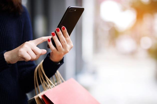 Mulher está usando smartphones para fazer compras online