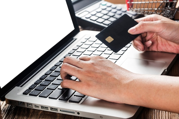 Mulher está usando um computador para fazer compras online