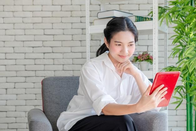 Mulher está usando um tablet