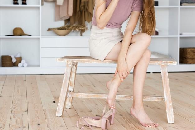 Mulher estar cansada depois de usar sapatos de salto alto