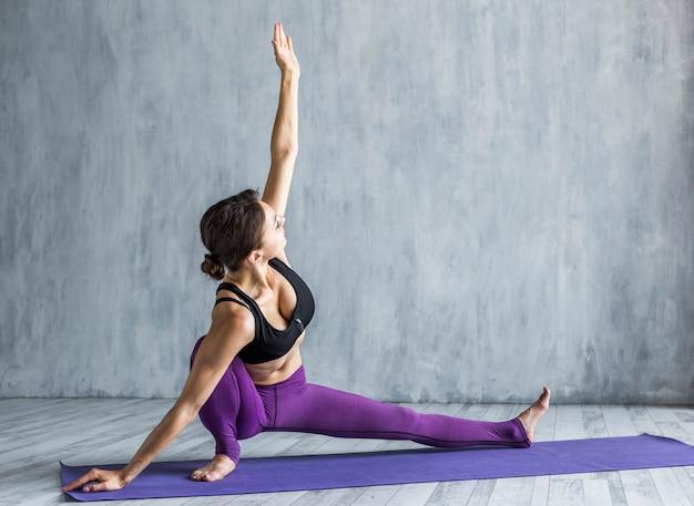 Mulher, estendendo, dela, braço, em, um, metade, divisão, pose