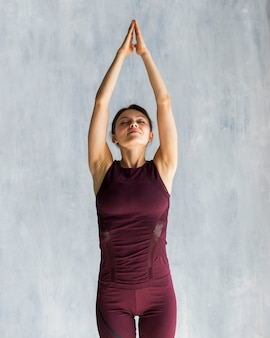 Mulher, estendendo, durante, dela, ioga, treinamento