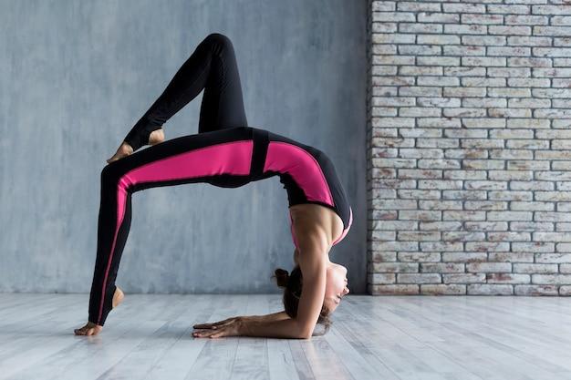 Mulher, estendendo, em, um, ponte, pose