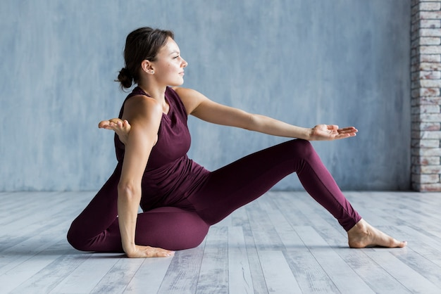 Mulher, esticando as pernas em forma de triângulo