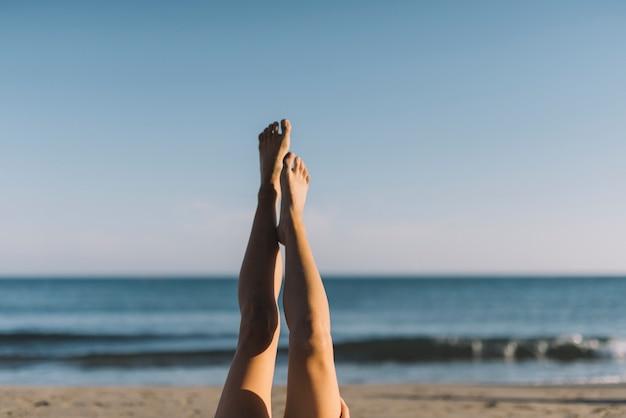 Mulher, esticando, pernas, mentindo, praia