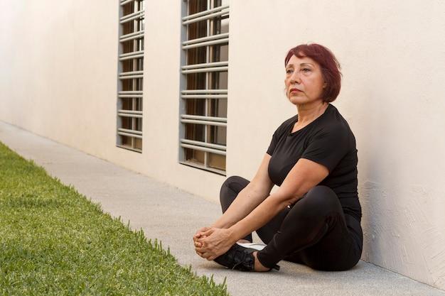 Mulher, esticar pernas, ao ar livre
