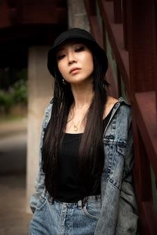Mulher estilosa em roupas k-pop em cena urbana
