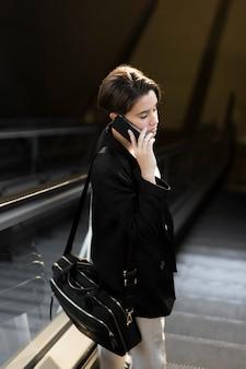 Mulher estilosa falando ao telefone