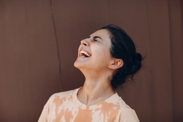 Mulher estressada sofrendo de insolação e refrescante derramando água fria fora do clima anormal ...