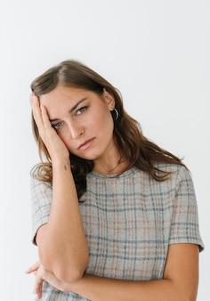 Mulher estressada vestindo uma camiseta xadrez