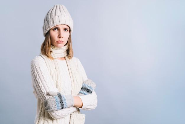 Mulher estrita em roupas brancas