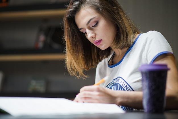 Mulher estudando à noite