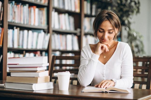 Mulher estudante estudando na biblioteca