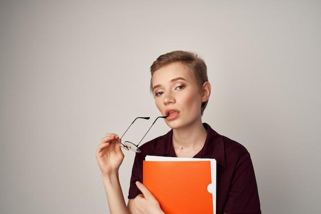 Mulher estudante pasta papéis documentos treinamento