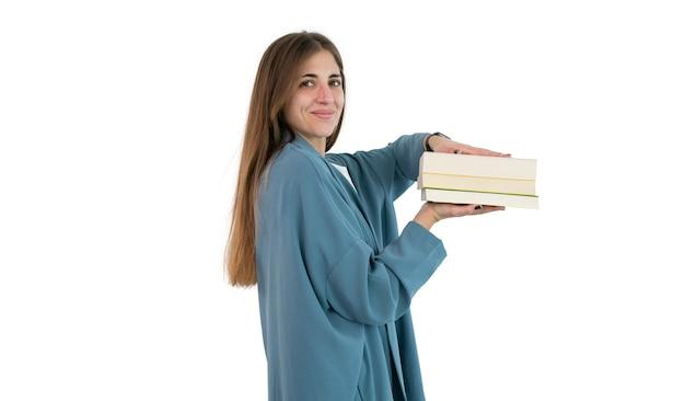 Mulher estudante segurando uma pilha de livros com as mãos isoladas
