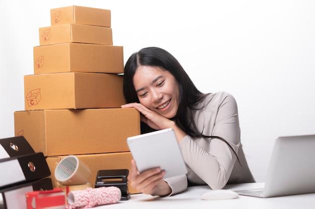 Mulher, etiquetando, em movimento, caixa, casa