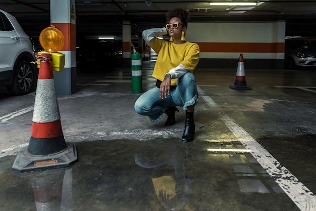 Mulher étnica chique e hippie no estacionamento