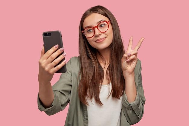 Mulher européia de conteúdo terno faz selfie retrato
