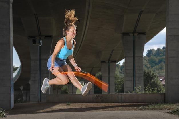 Mulher europeia desportiva pular corda ao ar livre