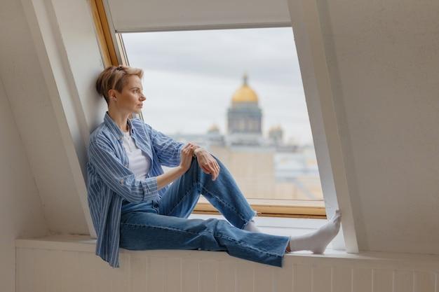 Mulher europeia elegante com óculos em uma sala iluminada uma mulher confiante é uma psicóloga