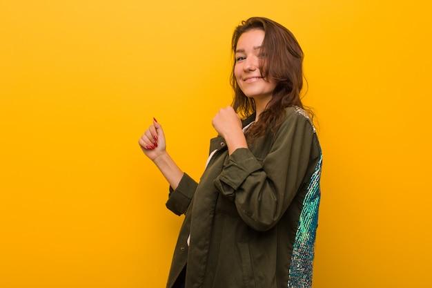 Mulher européia nova que dança e que tem o divertimento