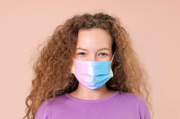 Mulher europeia usando máscara facial no novo normal