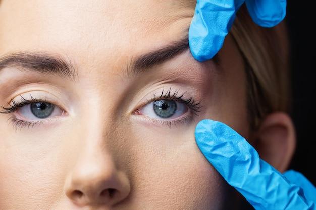Mulher examina sua pele antes da injeção