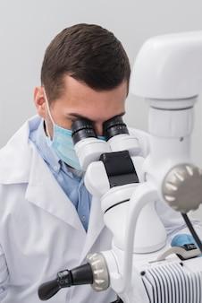 Mulher examinando dentista