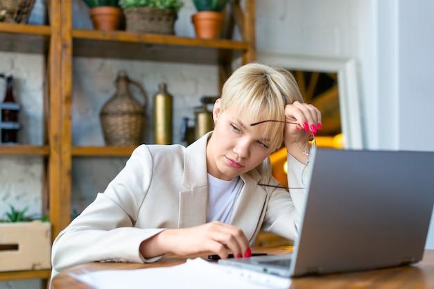 Mulher exausta trabalhando em casa antes do prazo
