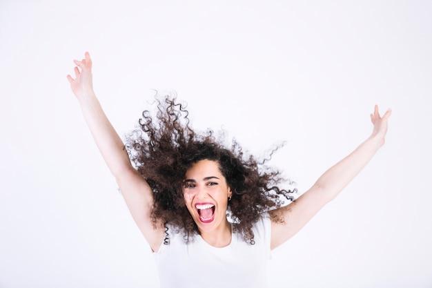 Mulher excitada com cabelos encaracolados