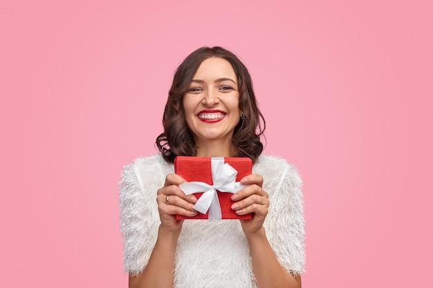 Mulher excitada com presente de natal