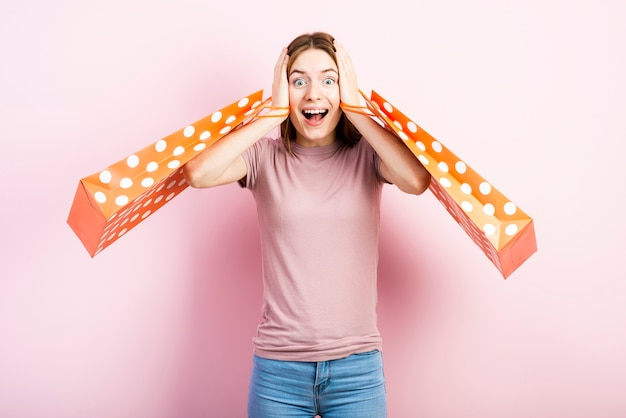 Mulher excitada com sacos de bolinhas