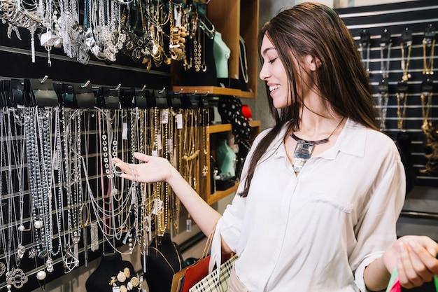 Mulher excitada na loja de bijuteria