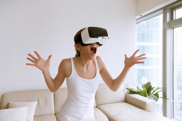 Mulher excitada usando óculos de realidade virtual pela primeira vez