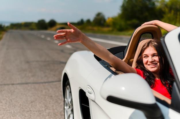 Mulher excitada viajando perto acima