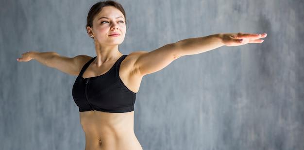 Mulher, executando, lateral, braço, extensão