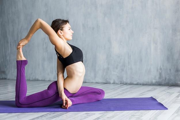 Mulher, executando, um, backward, mão-para-dedo, exercício