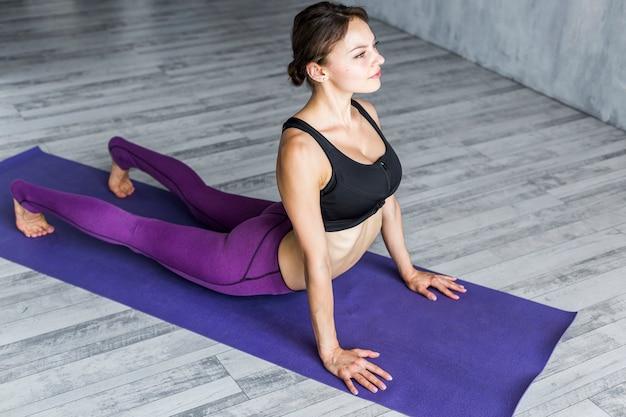 Mulher, executando, um, núcleo, fortalecimento, exercício