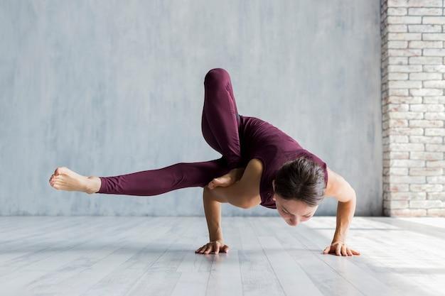 Mulher, executando, um, núcleo, ioga posa